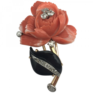 "Broche ""Rose"" en or jaune, corail, onyx et diamants."