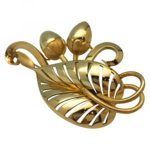 Yellow gold Brooch, acorns and leave motif.