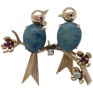 "Broche ""Oiseaux"" en or jaune, pierres dures bleues, rubis et diamants."