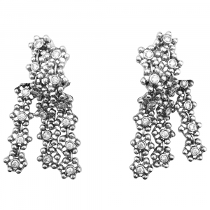 Boucles d'oreilles pendantes en or blanc et diamants.