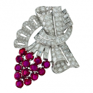 Broche grappe de raisin en platine, or blanc diamants et rubis.
