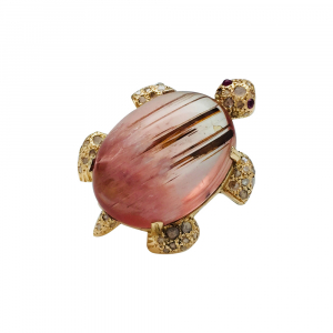 Broche tortue en or jaune, tourmaline, diamants et rubis.