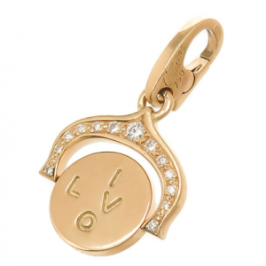 "Pendentif Cartier ""I Love You"" en or jaune sur son cordon."