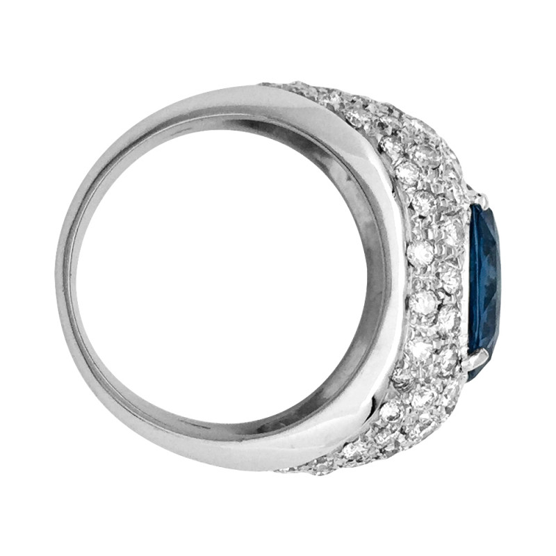 Bague dôme en or blanc, saphir de 5,46 carats et diamants.